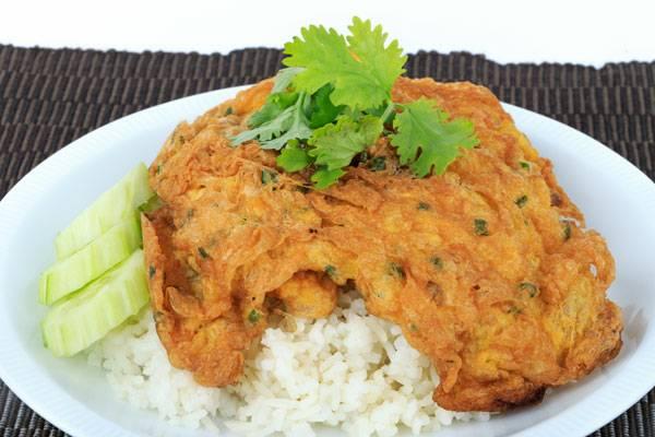 ข้าวไข่เจียว เป็นอาหารเช้าที่ค่อนข้างเบสิกมากๆสำหรับคนไทยเป็นเมนูฮิตที่ทำได้ง่าย