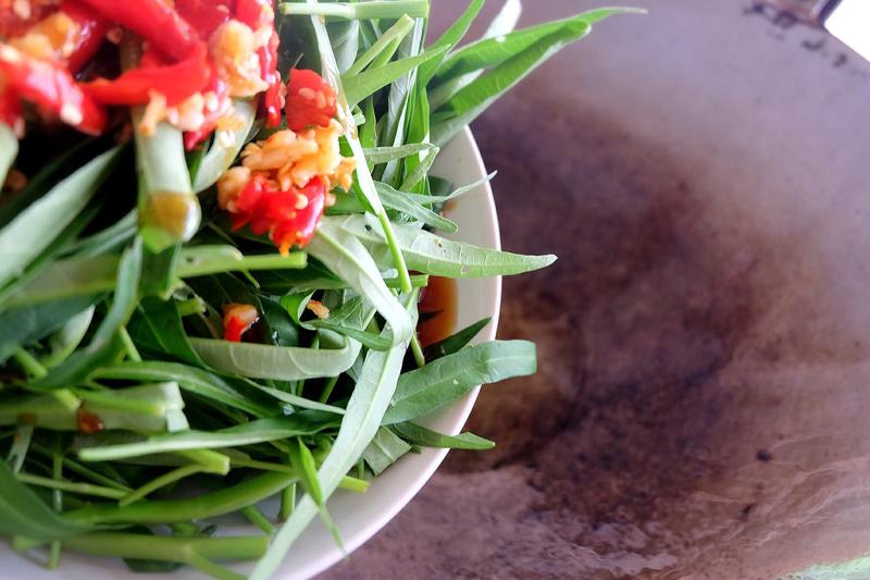 ผัดผักบุ้งหมูกรอบ หิวข้าวต้มเมื่อไหร่ก็ต้องนึกถึง