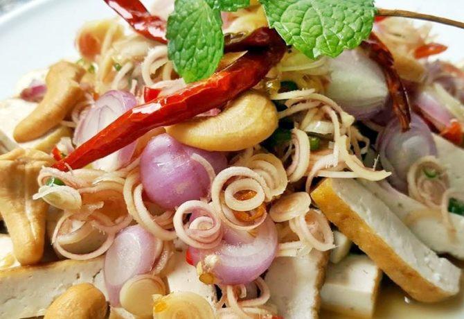 เมนู ยำเต้าหู้ทอด เป็นอาหารเจที่หลาย ๆ คนชื่นชอบ แถมอร่อยและมีประโยชน์