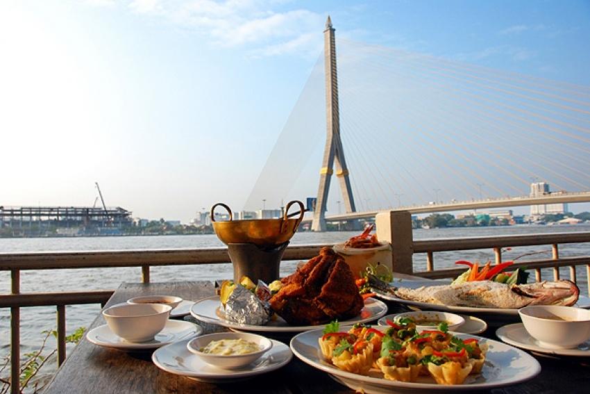 ร้านอาหาริมแม่น้ำในกรุงเทพ