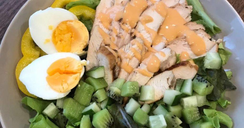 สลัดผักอกไก่ไข่ลวก